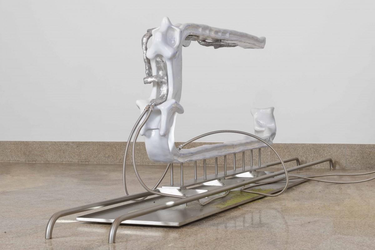 isabelle-andriessen-necrotic-core-2021-keramiek-aluminium-ijzer-ii-sulfaat-rvs-waterkoeler-pomp.foto-aurelien-mole-02
